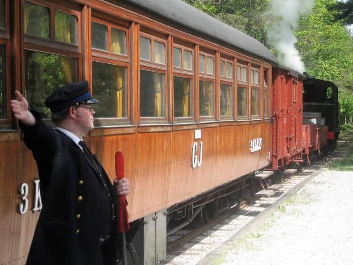 Åka tåg är skoj för stor och liten.